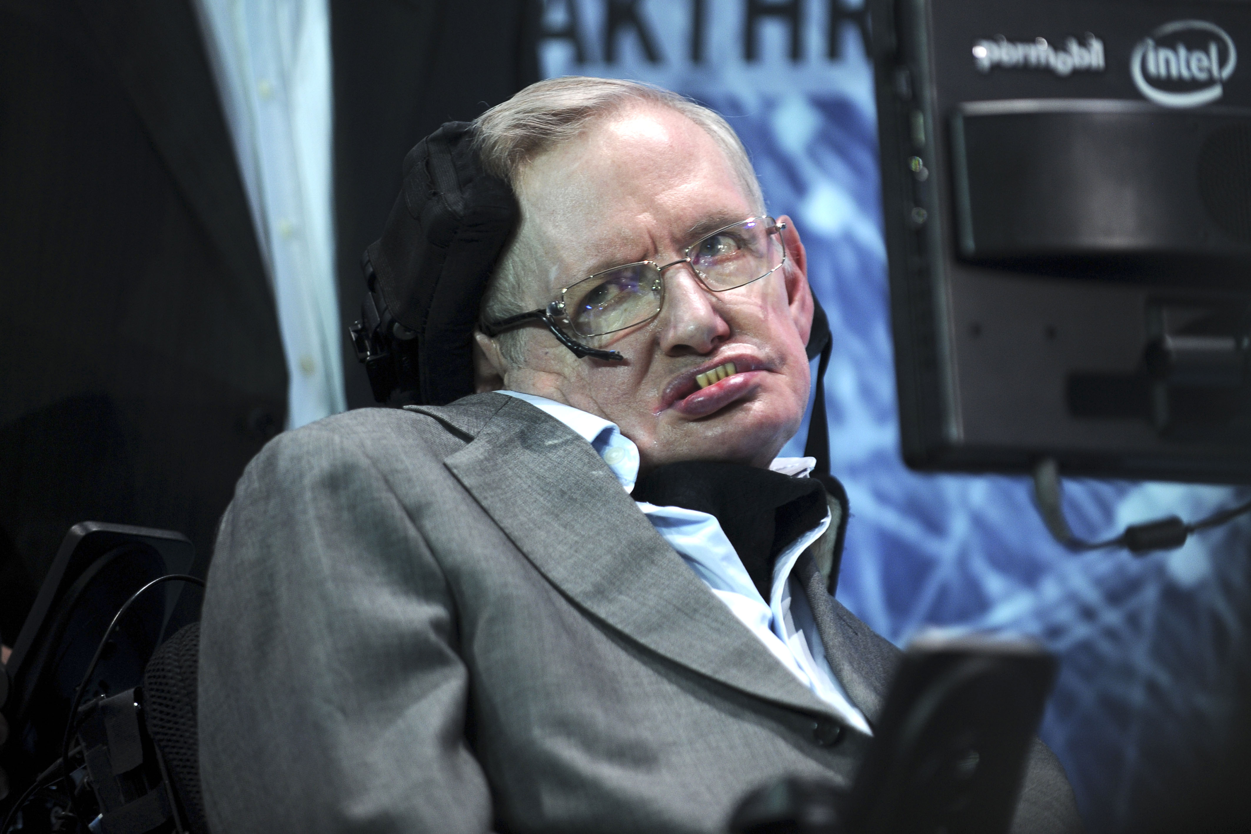 Stephen Hawking announces new 'Breakthrough Starshot' space exploration initiative