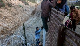 TOPSHOT-MEXICO-US-HONDURAS-MIGRATION
