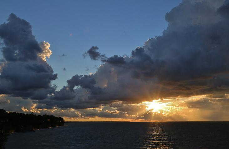 Sunset over the Lake Erie Shore, Lakewood, Ohio, USA